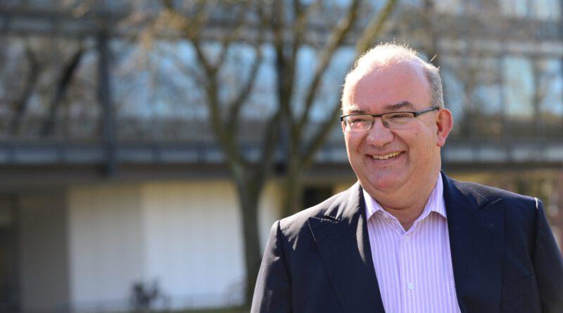 Professor Beckmann auf dem Gelände der Führungsakademie